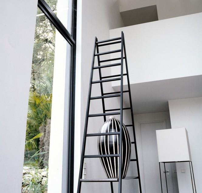 Black-ladders-modrn-vase-665x638