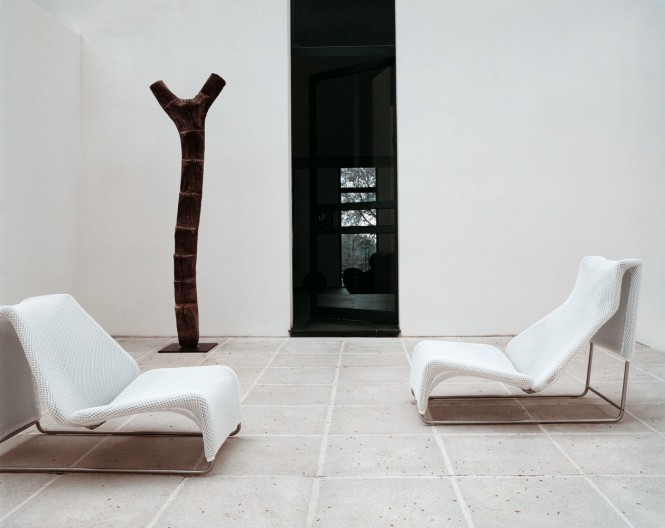 Modern-white-lounger-chairs-665x528