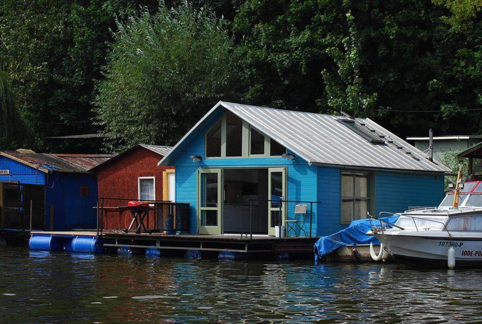 mjolk-architekti-houseboat-exterior3-via-smallhousebliss