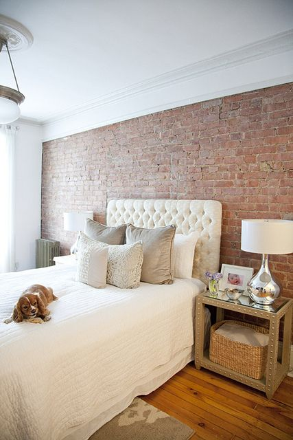 ตกแต่งห้องนอนด้วยผนังอิฐ หรือ wallpaper ลายอิฐบล็อค