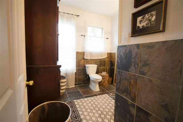 savannah-bungalow-bathroom1-via-smallhousebliss