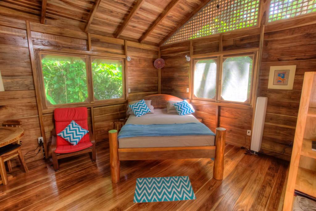 small-wooden-cottage-in-tropical-rainforest-gartdens-02