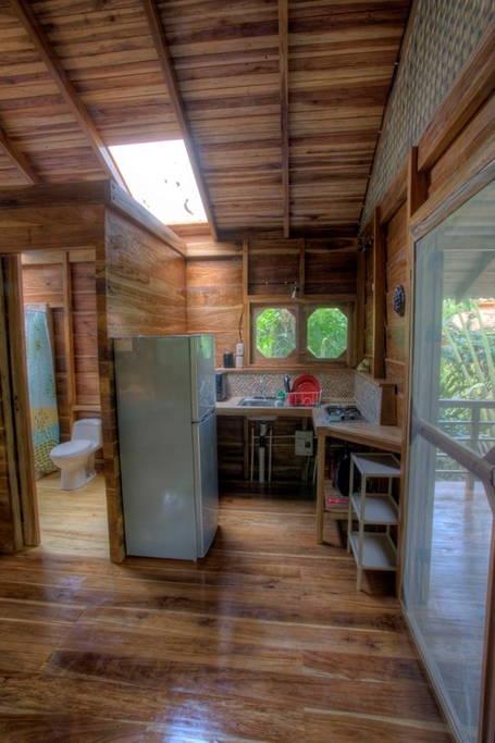 small-wooden-cottage-in-tropical-rainforest-gartdens-05