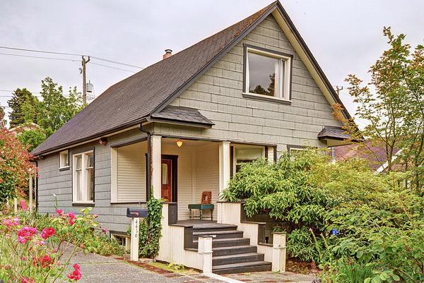 มุมมองจากภายนอกตัวบ้านที่ออกแบบและตกแต่งแบบร่วมสมัย ยกพื้นเล็กน้อย จัดสวนบริเวณทางขึ้นบ้าน
