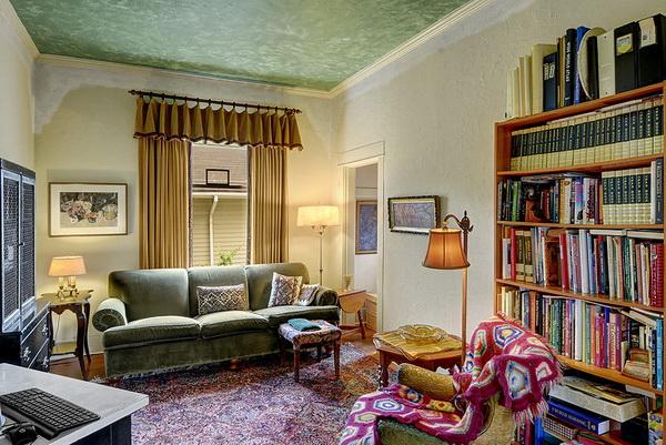 ห้องรับแขกและพักผ่อนใส่โซฟานวมแบบร่วมสมัย และมีชั้นหนังสือที่พร้อมหยิบจับมาอ่านได้สะดวก