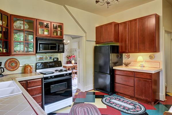 เมื่อมองอีกมุมของห้องครัวจะถูกจัดไว้สำหรับวางตู้เย็นสีดำ พร้อมตู้ไม้สำหรับใส่อุปกรณ์เครื่องครัว