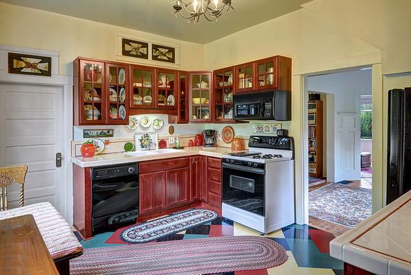 ห้องครัวมีอุปกรณ์เครื่องใช้ที่ครบครัน เค้าเตอร์เข้ามุมรูปตัวแอล และมีตู้แขวนที่ทำจากไม้สำหรับใส่อุปกรณ์เครื่องครัวเข้ามุมกับเค้าเตอร์