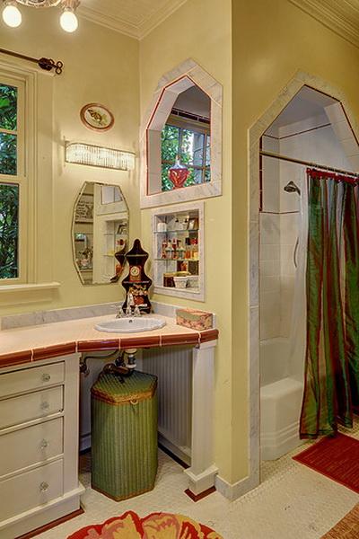 ห้องน้ำแบ่งสัดส่วนสำหรับส่วนอาบน้ำที่จัดด้วยอ่างจากุซซี่ แยกกับอ่างล้างหน้า