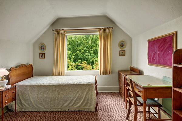 ห้องนอนปูพรหมและจัดไว้ในตำแหน่งที่มองวิวภายนอกได้อย่างเหมาะสม สร้างบรรยากาศดีๆในยามพักผ่อน