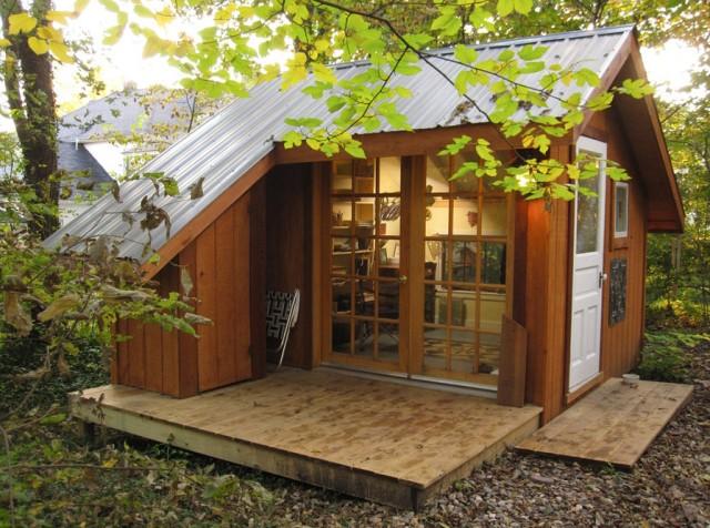 ตัวบ้านภายนอกดูใกล้ชิดธรรมชาติ ใช้ผนังเป็นไม้และหน้าต่างบานใหญ่ เพื่อรับแสง ประดูหน้าใช้ประตูไม้สีขาว