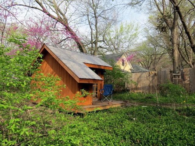 จากมุมนี้จะเป็นว่าบ้านหลังนี้ถูกวางไว้ภายในสวน เน้นประโยชน์เพื่อการพักผ่อน หรือเป็นออฟฟิศ สำหรับคิดงาน ทำงาน ก็ใช้ได้เลยครับ