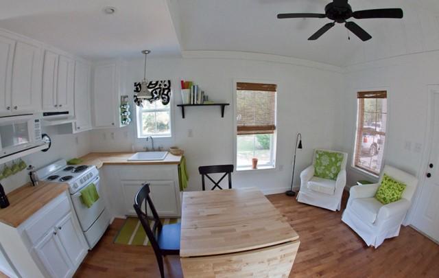 ห้องครัวพร้อมโต๊ะรับประทานอาหารขนาดเล็ก
