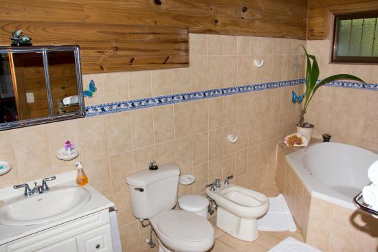 ห้องน้ำมีอ่างเล็กๆพร้อมสุขภัณฑ์ครบครัน