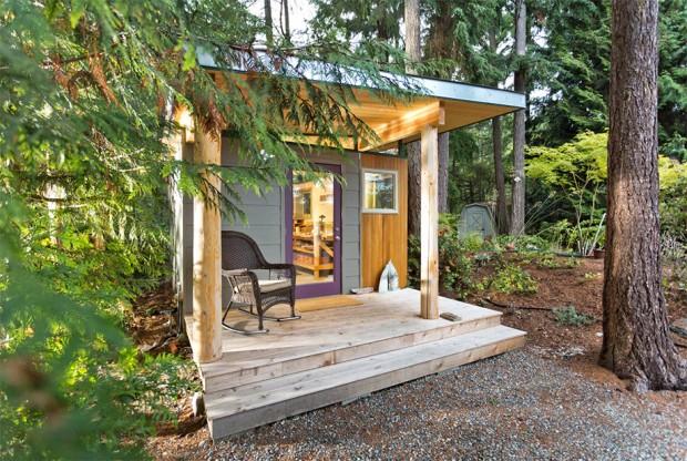 มุมหน้าบ้านใช้เสาไม้ต้นใหญ่ มีระเบียงเล็กๆทางขึ้น พร้อมจัดวางเก้าอี้นั่งเล่นชิวๆ
