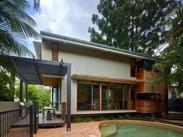 ภายในบ้านถูกปรับปรุงส่วนพักผ่อนเชื่อมต่อกับสระว่ายน้ำขนาดเล็ก