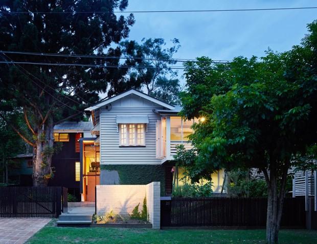รูปทรงบ้านแบบร่วมสมัย โครงสร้างเดิม ผนังเป็นไม้ระแนงสีขาว หลังคาหน้าจั่ว