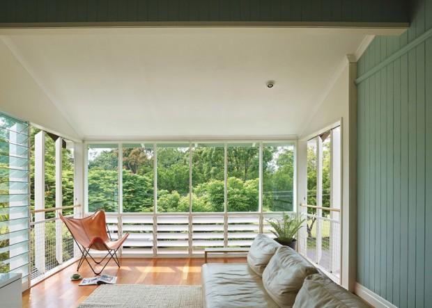 ห้องนั่งเล่นชั้นสองจัดวางไว้กับมุมที่สามารถมองเห็นวิวธรรมชาติได้อย่างชัดเจนและสวยงาม