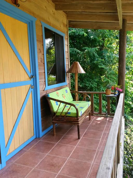 ระเบียงขนาดเล็ก ตกแต่งด้วยเก้าอี้ยาวเบาะสีเขียว