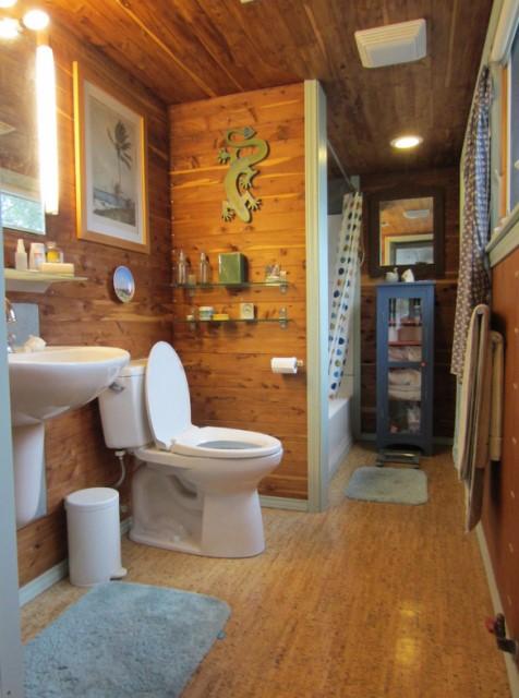 ห้องน้ำขนาดเล็กพอเหมาะ พร้อมสุขภัณฑ์เพียบพร้อม