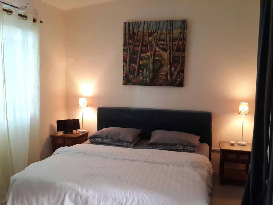 ห้องนอนขนาดเล็กตกแต่งด้วยโครมไฟสวยๆ
