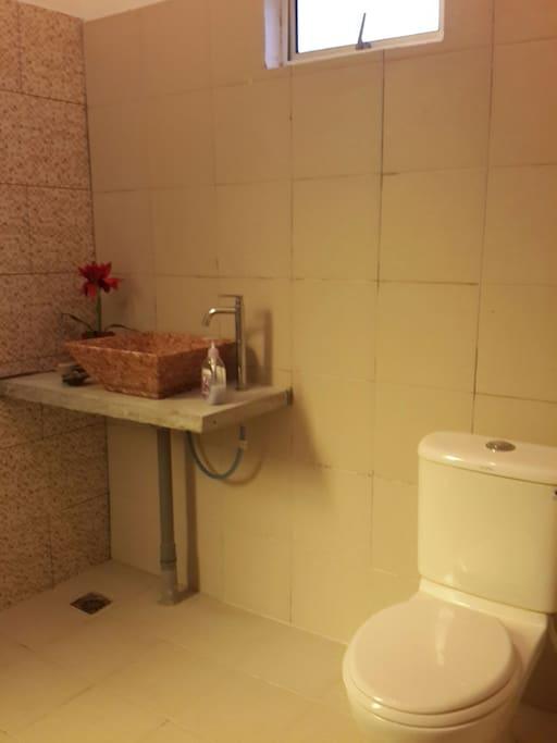 ห้องน้ำเรียบง่ายปูด้วยกระเบื้องสีขาว