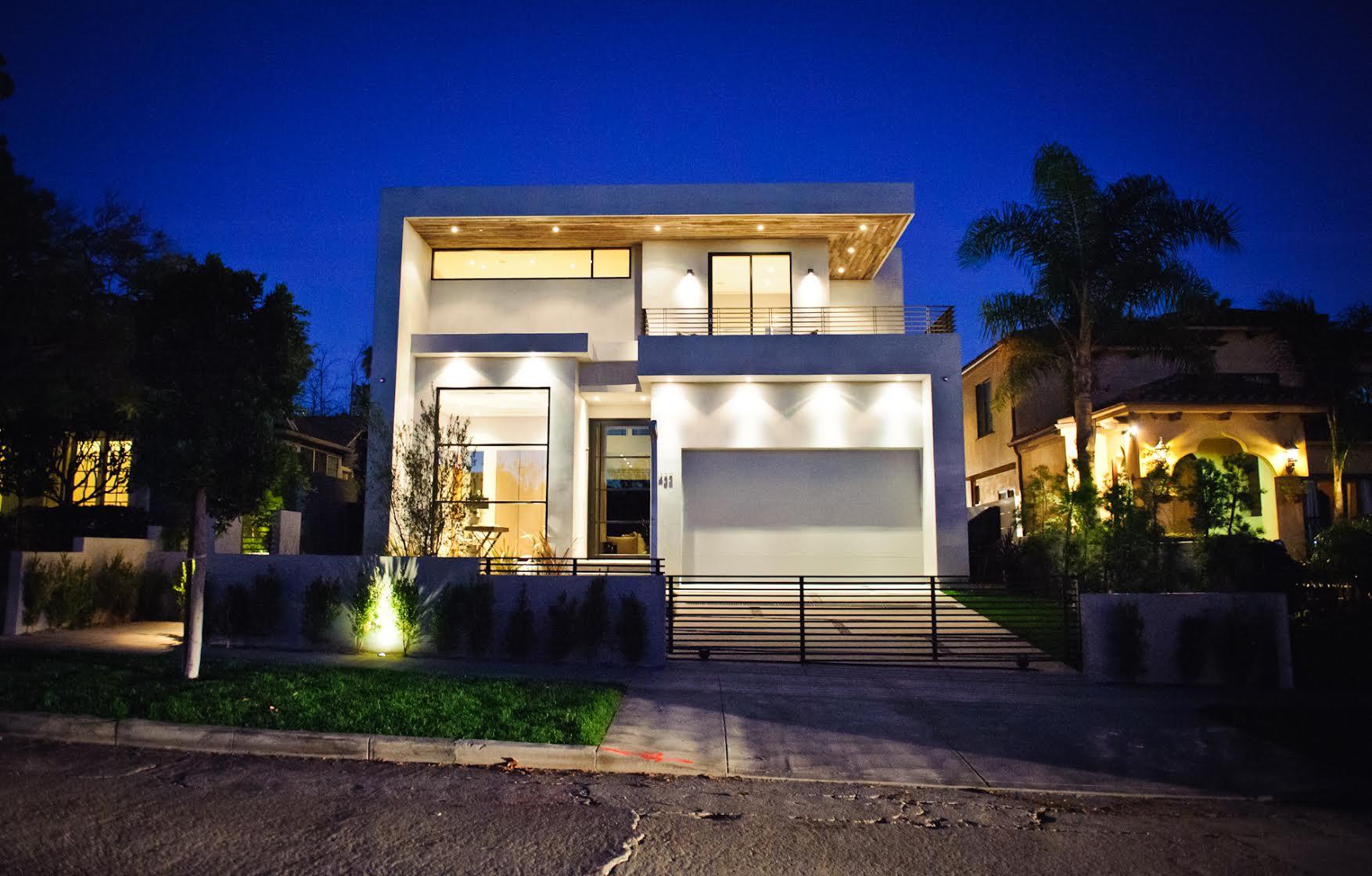 มุมมองหน้าบ้าน ตัวบ้านเป็นทรงเหลี่ยมสวยงามทันสมัย