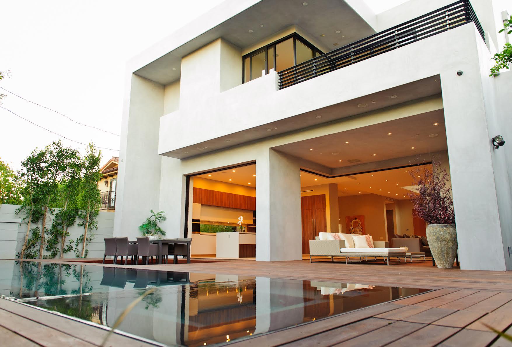 หลังบ้านมีพื้นที่กว้าง พร้อมสระว่ายน้ำขนาดใหญ่ เชื่อมต่อกับมุมนั่งเล่น