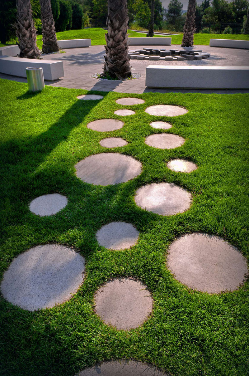 15 so beautiful garden pathway for every contemporary garden. Black Bedroom Furniture Sets. Home Design Ideas