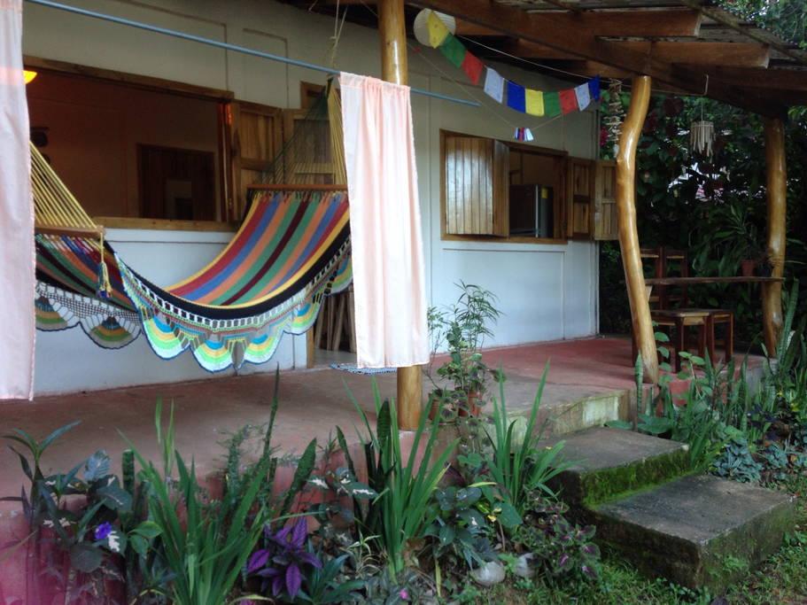 ระเบียงหน้าบ้านมีเปลสำหรับนอนเล่นเพลินๆ กับบรรยากาศดีๆ