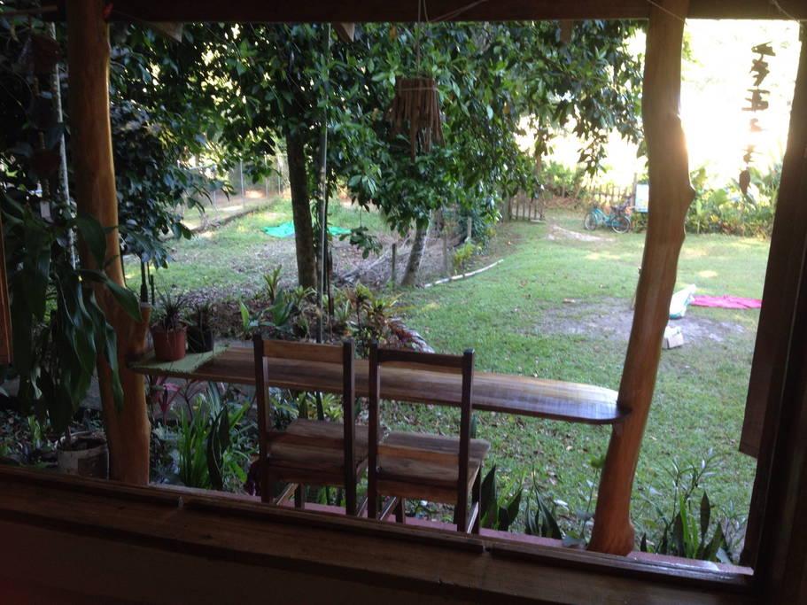 หน้าบ้านบริเวณระเบียงอีกมุมมีโต๊ะขนาดเล็ก สำหรับนั่งจิบกาแฟยามเช้า