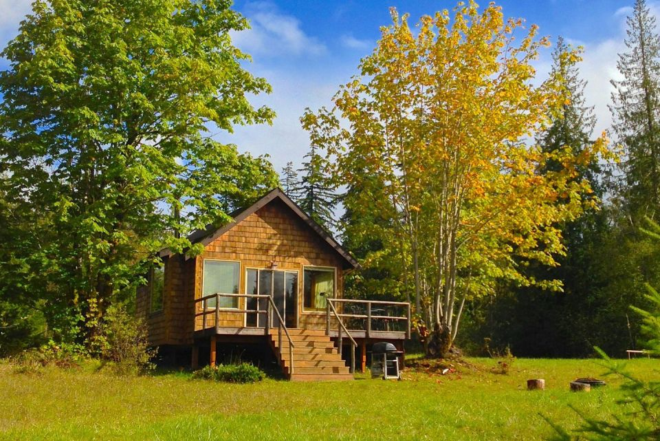 มุมมองจากด้านหน้า บ้านตั้งบนทุ่งหญ้าเขียวขจี ใกล้ๆบ้านมีต้นไม้ให้ร่มเงา