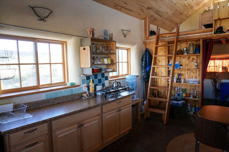 small-straw-bale-house-in-colorado-ldk2-via-smallhousebliss