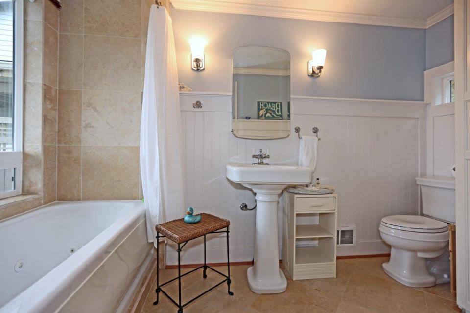 camano-island-beach-cottage-bathroom-via-smallhousebliss
