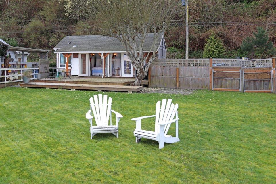 camano-island-beach-cottage-exterior1-via-smallhousebliss