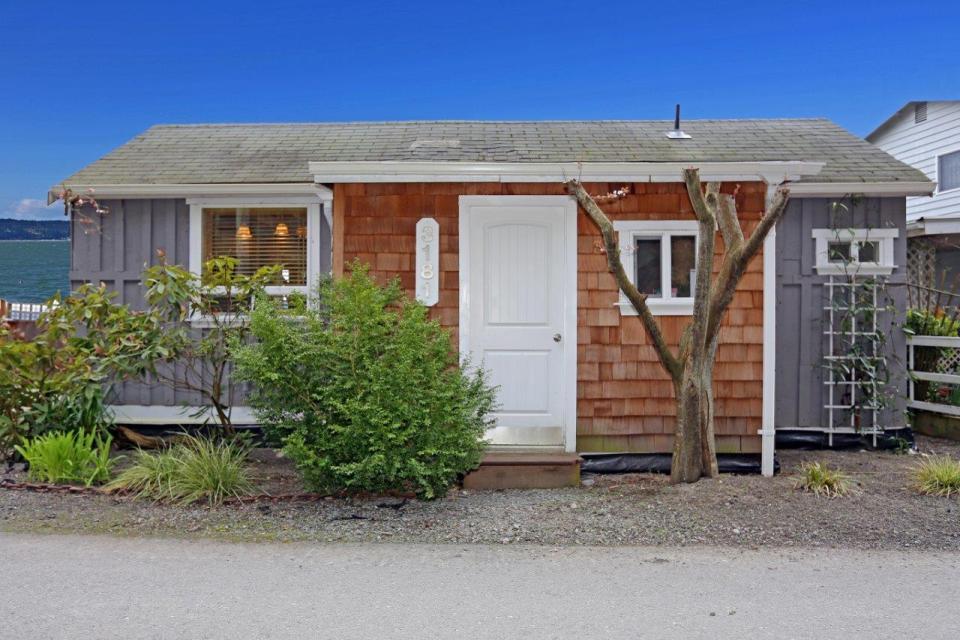 camano-island-beach-cottage-exterior2-via-smallhousebliss