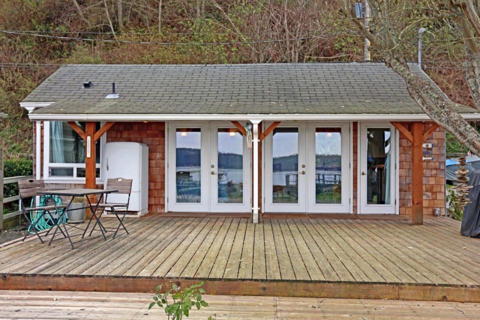 camano-island-beach-cottage-exterior3-via-smallhousebliss