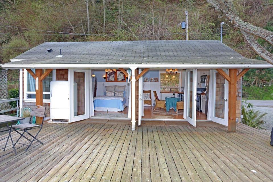 camano-island-beach-cottage-exterior4-via-smallhousebliss