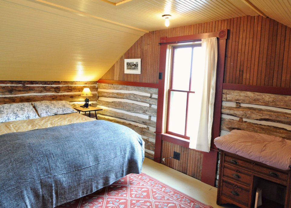 trout-river-log-cabin-bedroom4-via-smallhousebliss