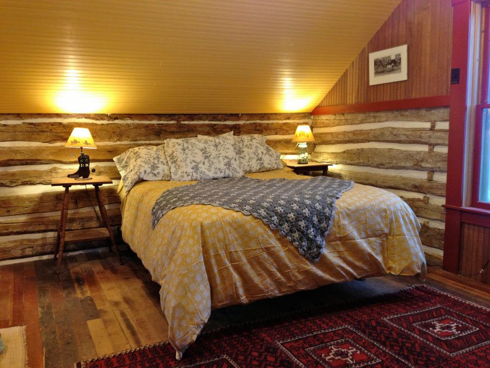 trout-river-log-cabin-bedroom5-via-smallhousebliss