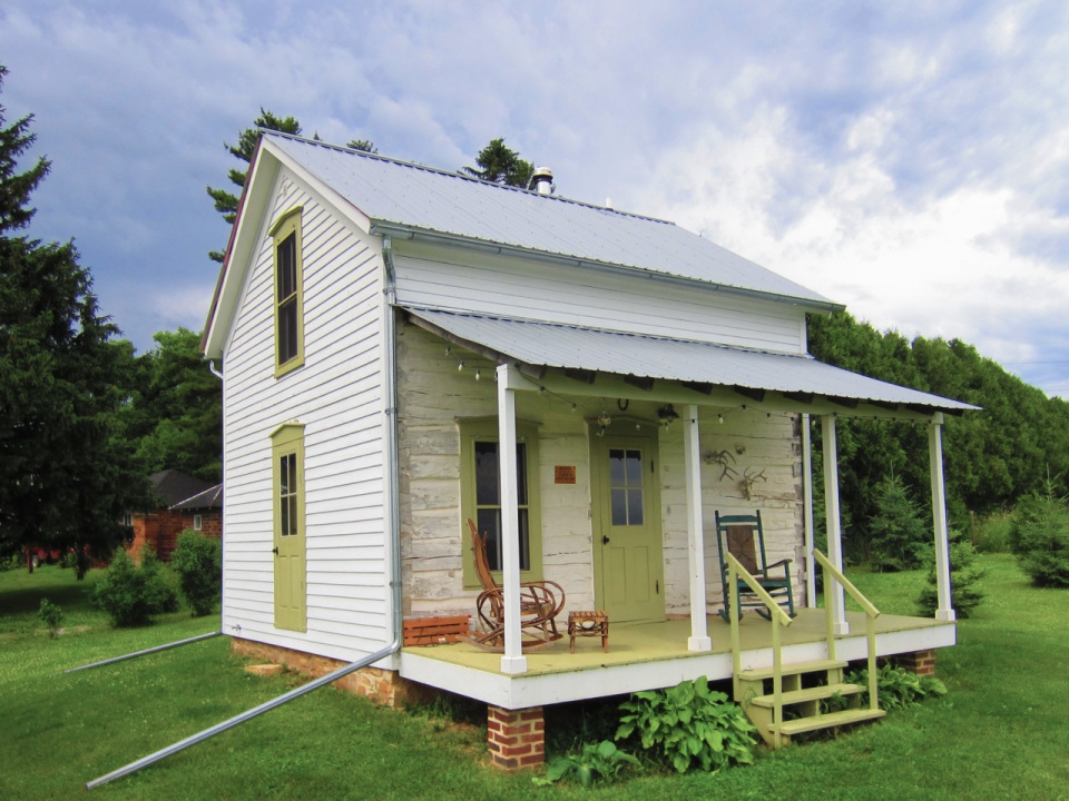 trout-river-log-cabin-exterior4-via-smallhousebliss