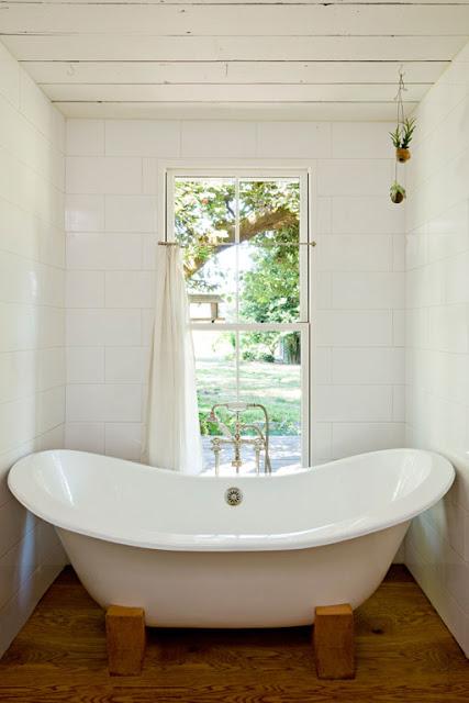 อ่างอาบน้ำกับวิวดีๆสามารถมองภายนอกได้