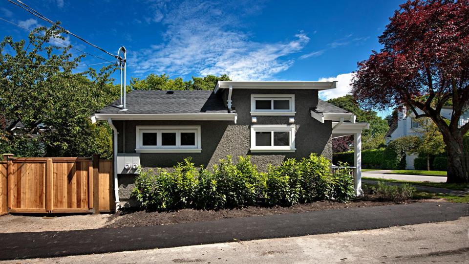 smallworks-elegant-cottage-exterior1-via-smallhousebliss