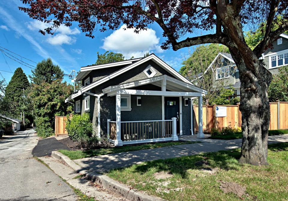 smallworks-elegant-cottage-exterior3-via-smallhousebliss