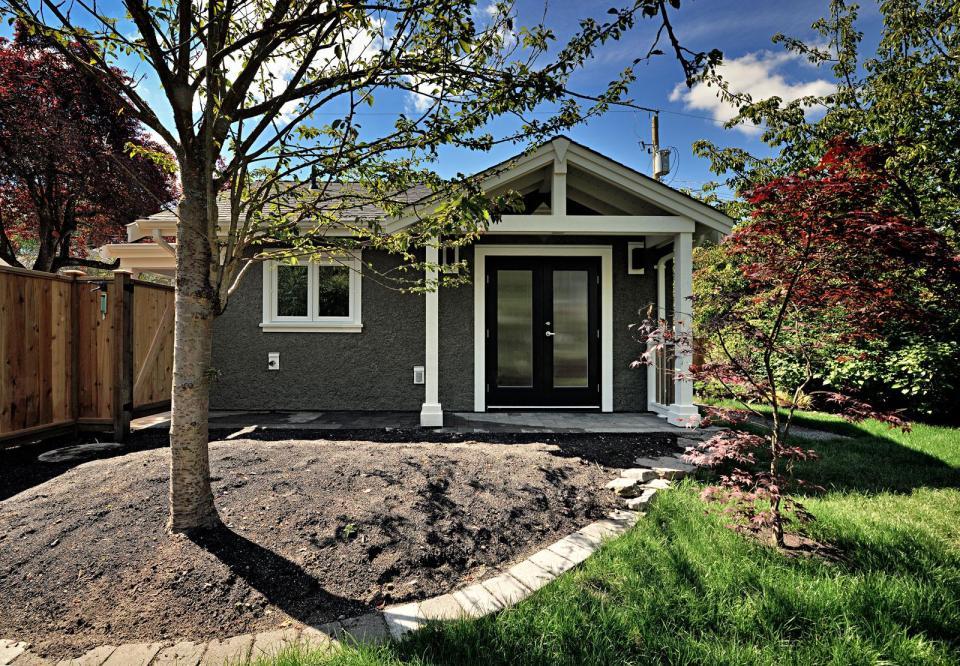 smallworks-elegant-cottage-exterior5-via-smallhousebliss